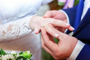 גבר שם טבעת על יד של אישה