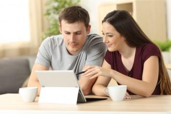זוג מתכונן לפגישה עם אולם אירועים