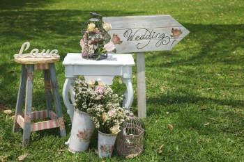 סידור פרחים על שולחן