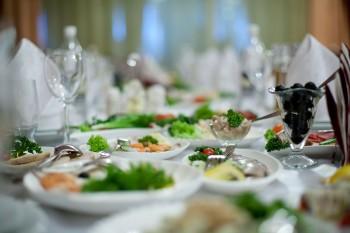 שולחן עם סלטים באולם אירועים
