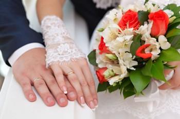 זוג עונד טבעות נישואין על ידו