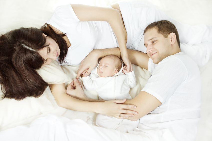 זוג הורים מחבקים את התינוק שלהם