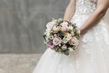 כלה מחזיקה זר פרחים