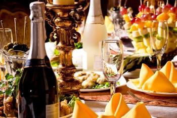 שולחן מלא בקינוחים ושתייה