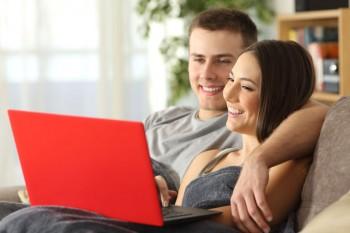 זוג יושב על המחשב ומתכנן את החתונה שלו